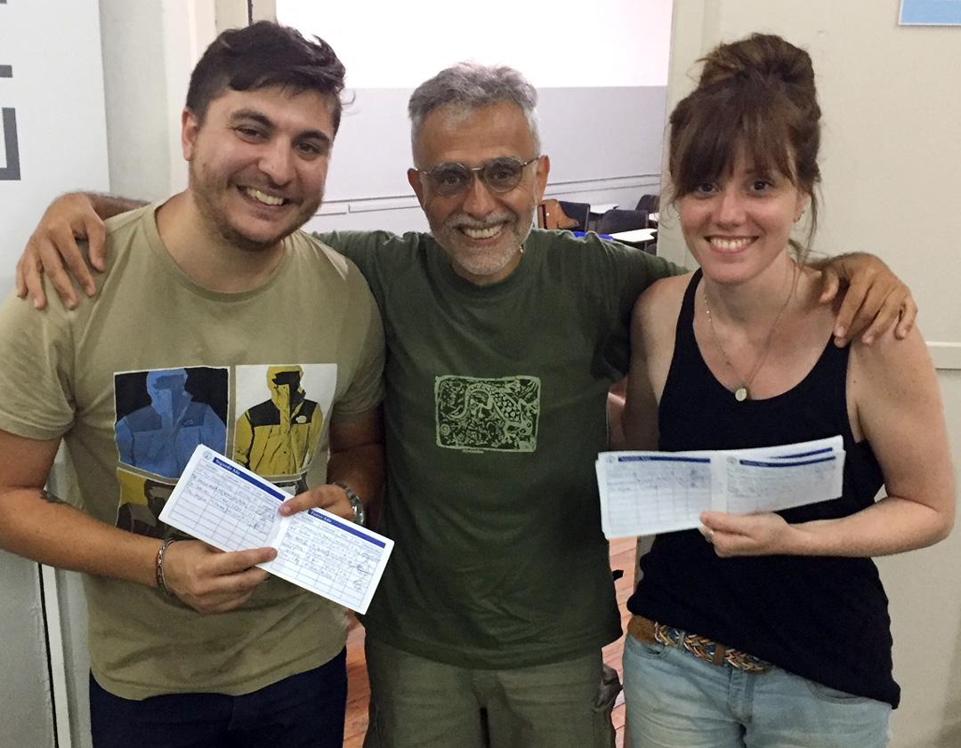 Entrega de libretas en el exámen final de Técnica Gráfica: Emiliano Scoffone, Prof. Marcelo Braz y Rocío Bertinat.